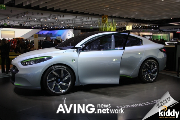 Renault To Present Its Electronic Family Sedan Concept Car Fluence