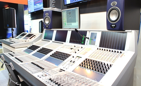 photo studer audio mixing console. Black Bedroom Furniture Sets. Home Design Ideas